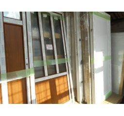 Vchodové dveře š.980/v.2080 pravé, bílá/zlatý dub - 3 dlouhá skla ornament kůra
